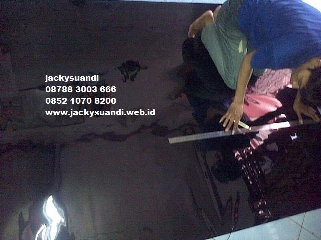 Foto: Teknisi Kaca Film Mobil Gedung